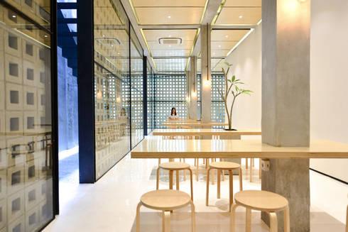 First Floor Seating Area:  Restoran by KERA Design Studio