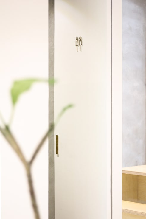 Toilet:  Restoran by KERA Design Studio