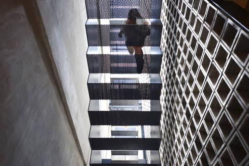 Staircase:  Restoran by KERA Design Studio