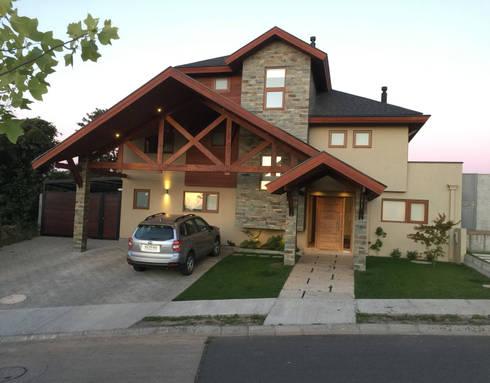 Vista desde el frontis: Casas unifamiliares de estilo  por Rocamadera Spa