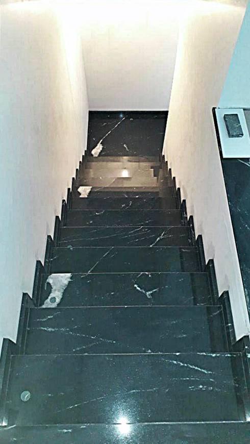 Escada - Granito Preto Via Láctea: Escadas  por Arte Pedras Marmoraria