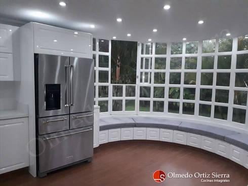 Cocina Integral Blanca Grande – Cali, colombia: Cocina de estilo  por Cocinas Integrales Olmedo Ortiz Sierra