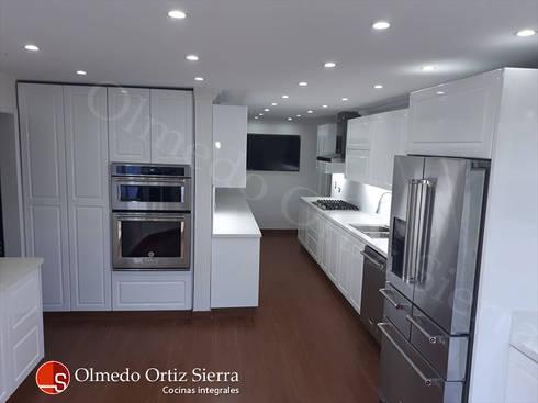 Cocina integral blanca grande cali colombia de cocinas integrales olmedo ortiz sierra homify - Cocina blanca moderna ...