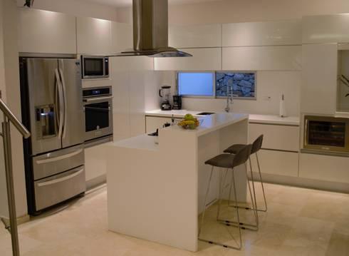 Cocina moderna: Cocinas de estilo moderno por Monica Saravia