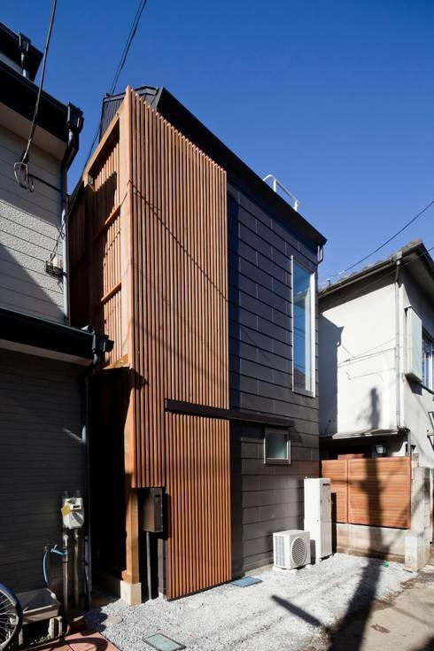 ろじのさき: 株式会社 ギルド・デザイン一級建築士事務所が手掛けた木造住宅です。