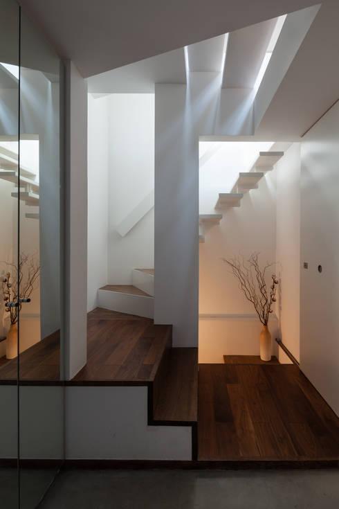 ろじのさき: 株式会社 ギルド・デザイン一級建築士事務所が手掛けた廊下 & 玄関です。