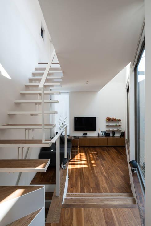 ろじのさき: 株式会社 ギルド・デザイン一級建築士事務所が手掛けたリビングです。