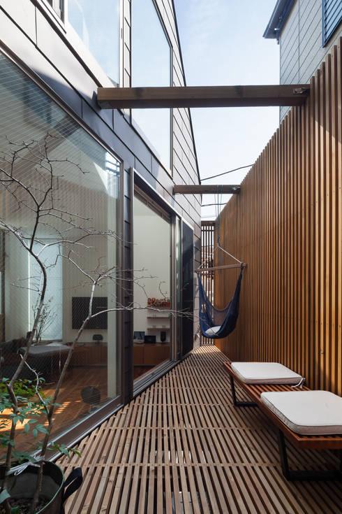 ろじのさき: 株式会社 ギルド・デザイン一級建築士事務所が手掛けたテラス・ベランダです。