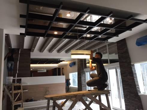 Pengerjaan Plafond Ruang Makan:  Ruang Makan by Lighthouse Architect Indonesia