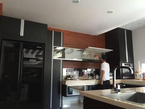 Black Kitchen Set:  Dapur by Lighthouse Architect Indonesia