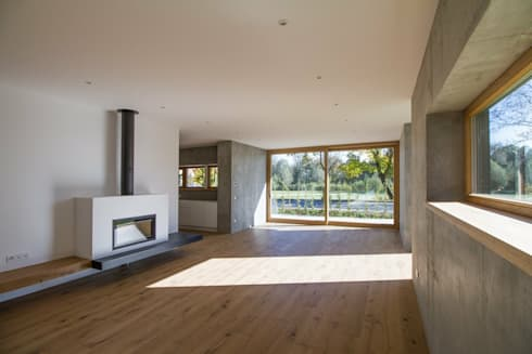 Wohnbereich mit Kamin: moderne Wohnzimmer von Fiedler + Partner