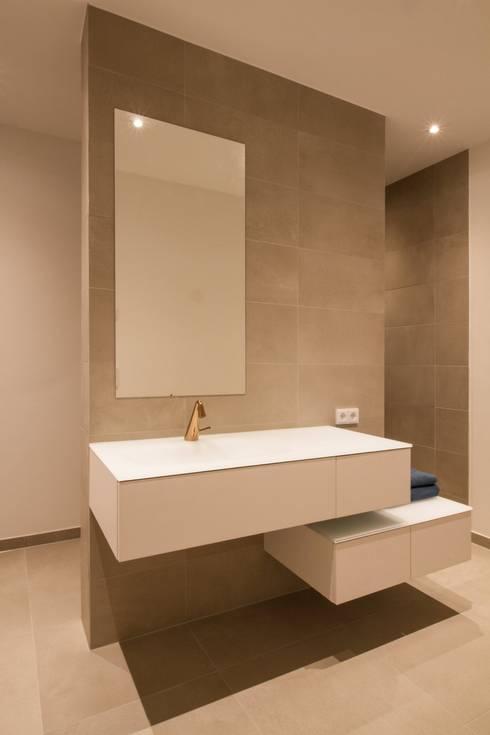 Haus F2: minimalistische Badezimmer von Fiedler + Partner