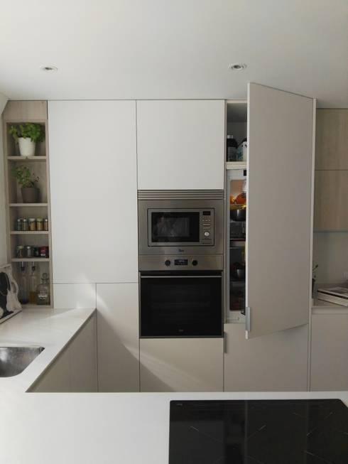 Muebles , frigorífico integrable , horno y microondas: Cocina de estilo  de Estudio de Cocinas Carmen Bejarano Madrid