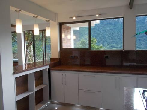 Cocinas equipadas de estilo  por Omar Plazas Empresa de  Diseño Interior, remodelacion, Cocinas integrales, Decoración