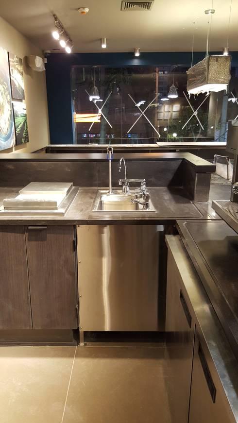 Instalación de mobiliario para tienda de cafe:  de estilo  por SCONCRETO S.A.C.