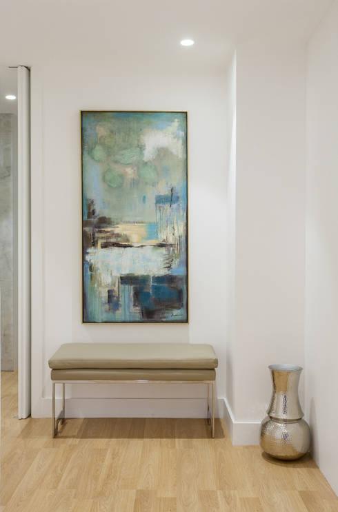 Corridor, hallway & stairs by Traço Magenta - Design de Interiores