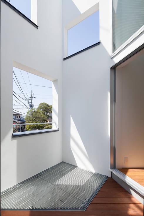 坪庭: 有限会社角倉剛建築設計事務所が手掛けたテラス・ベランダです。