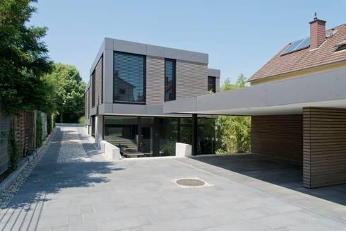 Wohnhaus aus Massivholz und (Sicht-) Beton in Weiterstadt: moderne Häuser von Herrmann Massivholzhaus GmbH