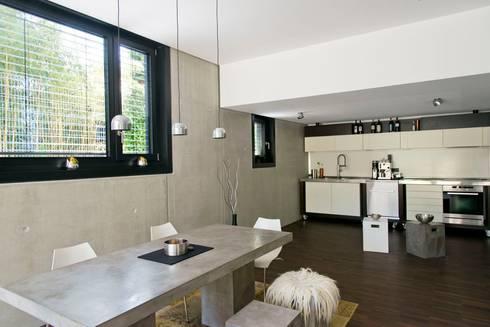 Koch- / Essbereich: moderne Küche von Herrmann Massivholzhaus GmbH