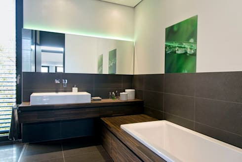 Badezimmer: moderne Badezimmer von Herrmann Massivholzhaus GmbH