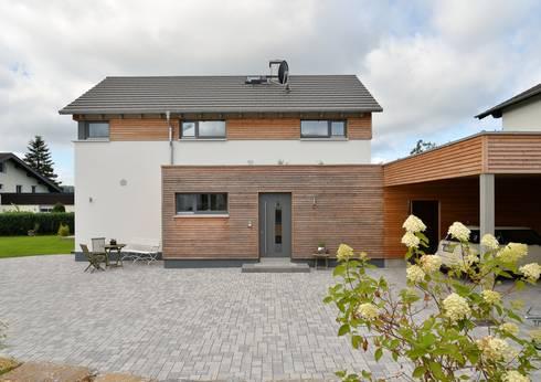 Ansicht Hof und Hauseingang: moderne Häuser von Herrmann Massivholzhaus GmbH