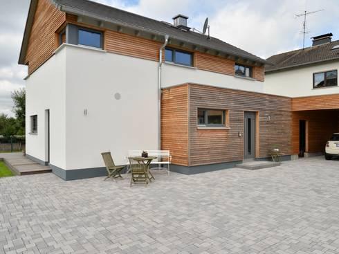Ansicht Hof und Eingang: moderne Häuser von Herrmann Massivholzhaus GmbH