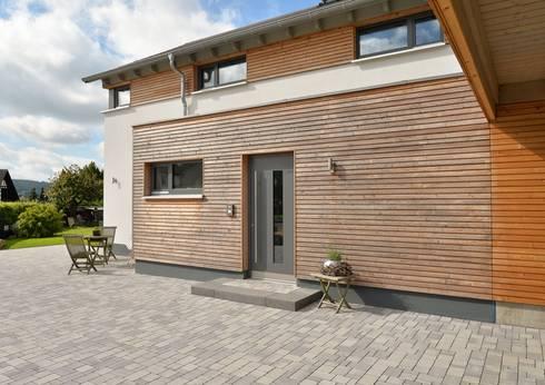 Ansicht Hauseingang: moderne Häuser von Herrmann Massivholzhaus GmbH