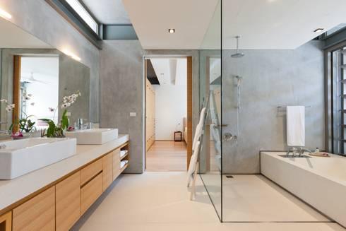 Sava Sai— Phuket, Thailand: modern Bathroom by Original Vision