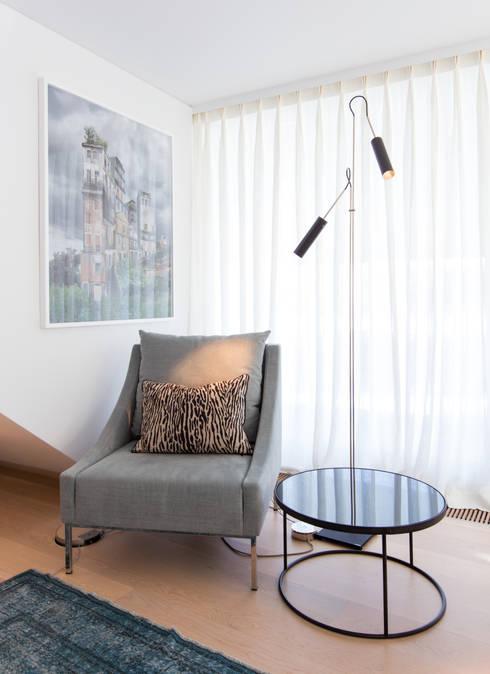 Cadeirão de leitura em Lisboa: Sala de estar  por LAVRADIO DESIGN