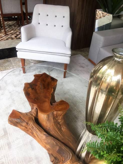 Poltrona: Sala de estar  por Sgabello Interiores