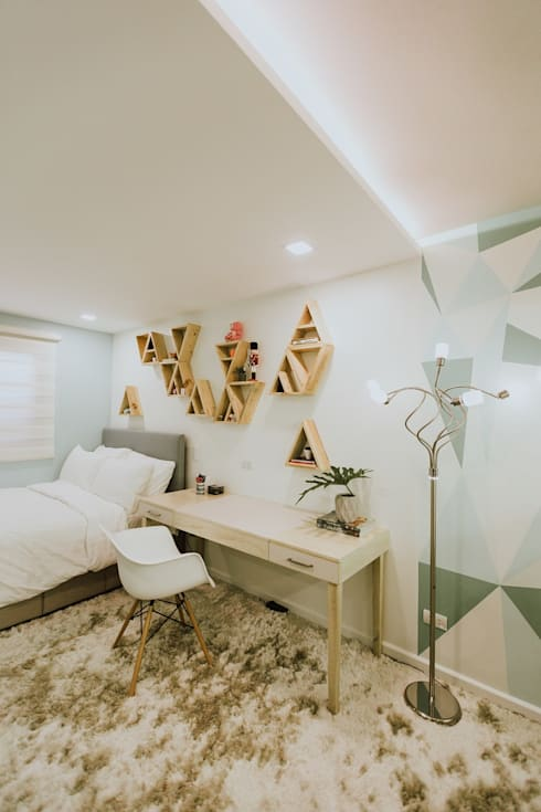 Girl's Bedroom 1: modern Bedroom by Living Innovations Design Unlimited, Inc.