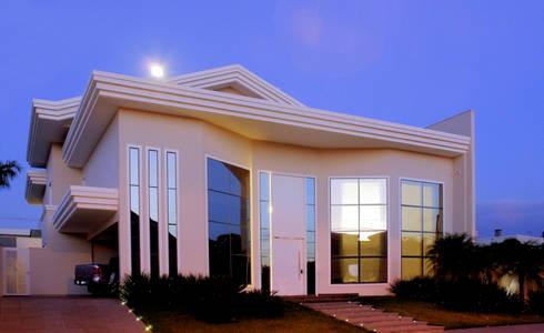 Residência alto padrão de dois pavimentos noturna: Casas familiares  por Penha Alba Arquitetura e Interiores