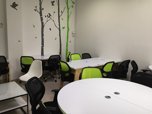 sala coworking uniandinos: Oficinas y tiendas de estilo  por diseño+interiorismo