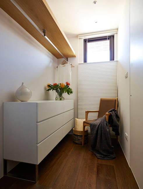 二次衣區域:  更衣室 by 樸十設計有限公司 SIMPURE Design