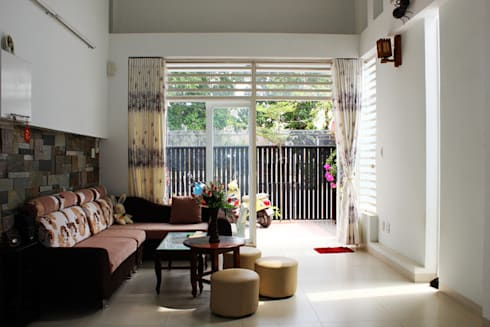 Phòng khách rộng rãi tầm nhìn bao quát ra bên ngoài.:  Phòng khách by Công ty TNHH Thiết Kế Xây Dựng Song Phát