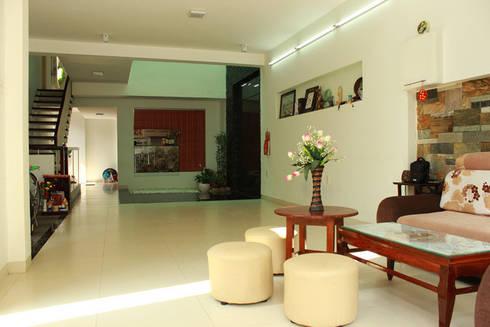 Nhà Ống 2 Tầng Thiết Kế Giản Dị Diện Tích 88m2:  Phòng khách by Công ty TNHH Thiết Kế Xây Dựng Song Phát