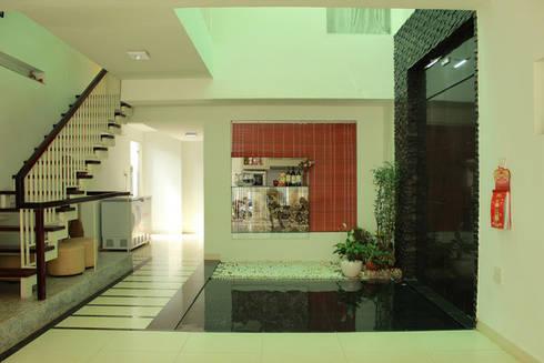 Vườn nhỏ giúp không khí trong nhà được thanh lọc.:  Phòng khách by Công ty TNHH Thiết Kế Xây Dựng Song Phát