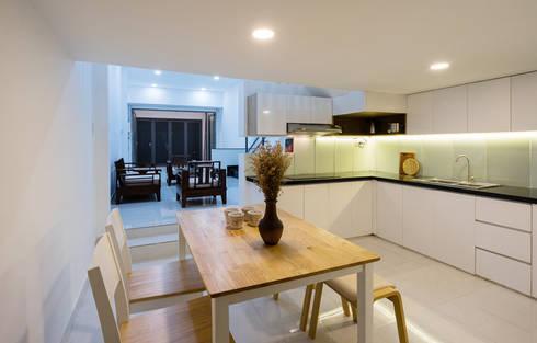 Không gian phòng bếp trước và sau cải tạo có sự khác biệt rất lớn.:  Phòng ăn by Công ty TNHH Thiết Kế Xây Dựng Song Phát
