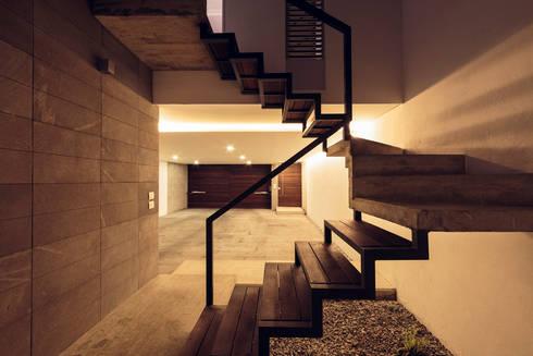 Edificio VH: Escaleras de estilo  por BCA taller de diseño