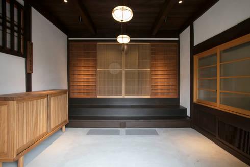 玄関: 株式会社井蛙コレクションズが手掛けた廊下 & 玄関です。