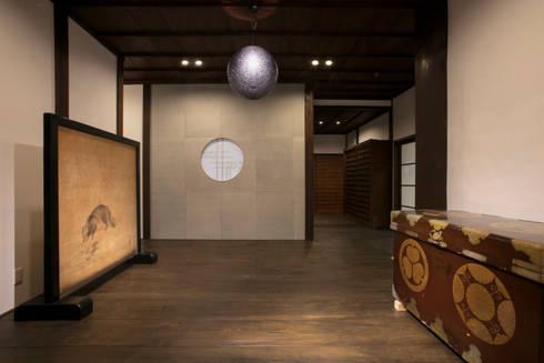 玄関ホール: 株式会社井蛙コレクションズが手掛けた廊下 & 玄関です。