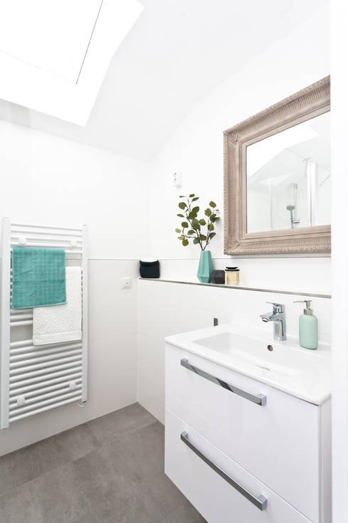 Bad in eleganten Pastelltönen : moderne Badezimmer von Banovo GmbH