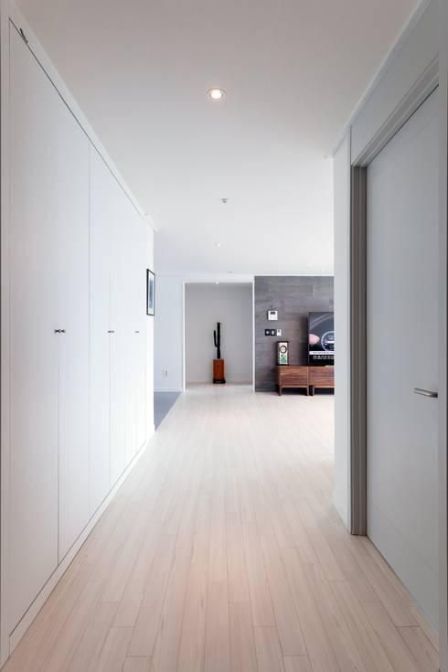 Pasillos y recibidores de estilo  por 한디자인 / HAN DESIGN