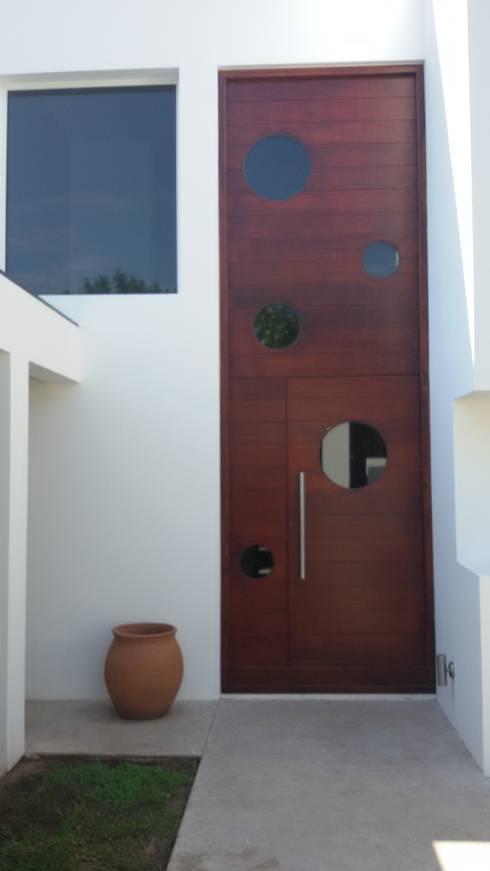 Puerta de Ingreso: Puertas de entrada de estilo  por Estudio A+I