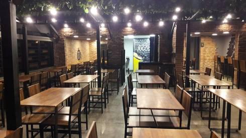 Restaurante Aquí los Asados: Locales gastronómicos de estilo  por EXPERIMENTAL ARQUITECTOS S.A.S
