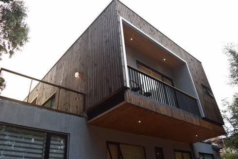 CASA AV: Casas de estilo moderno por Manuel Herrera