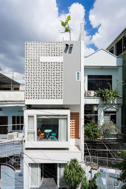 Gạch lỗ cùng các ô cửa kính, tạo sự thoáng mát cho các không gian phía trong.:  Nhà gia đình by Công ty TNHH Thiết Kế Xây Dựng Song Phát