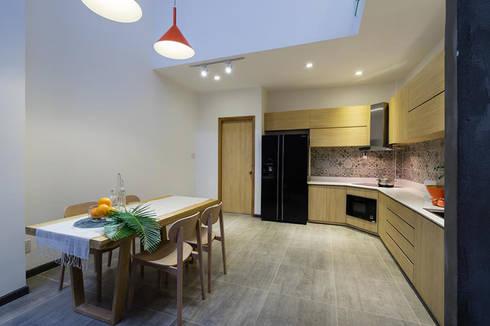 Bếp được thiết kế ở tầng trên đem đến một sự phá cách táo bạo.:  Phòng ăn by Công ty TNHH Thiết Kế Xây Dựng Song Phát