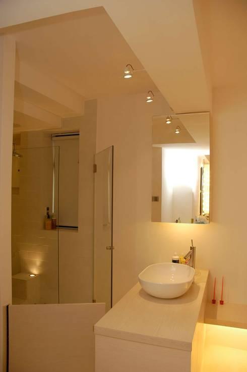 Park Towers: modern Bathroom by Clifton Leung Design Workshop