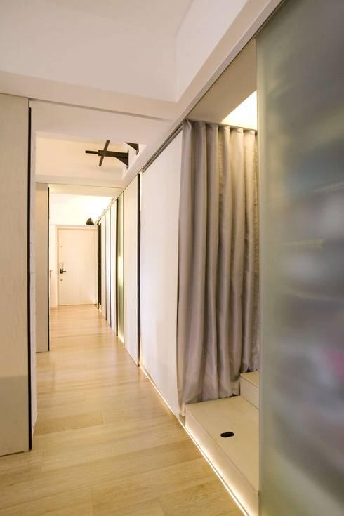 Vantage Park:  Corridor & hallway by Clifton Leung Design Workshop
